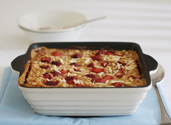Vegan baked strawberry, banana and almond oatmeal | a splash of ...