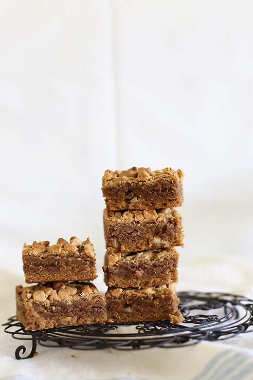 One bowl Speculoos stuffed Speculoos, pecan & peanut butter blondies l a splash of vanilla